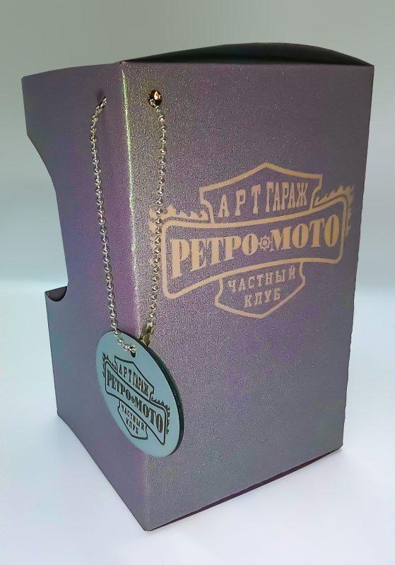 Индивидуальная упаковка сложной формы для небольшого сувенира вырезана на лазере из дизайнерской бумаги. Логотип выполнен методом лазерной гравировки.