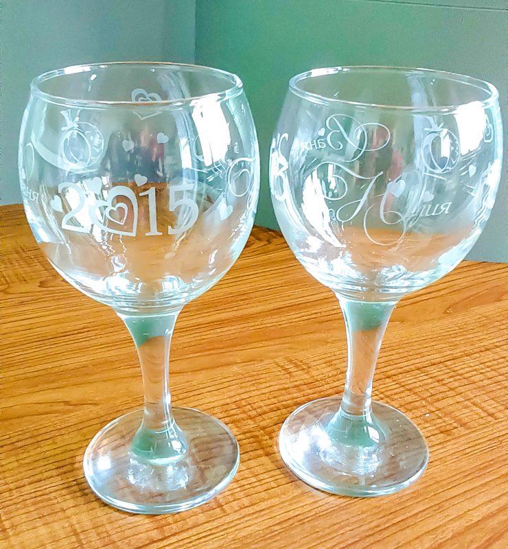 Матовое изображение на небольших стеклянных объектах - фужерах, стаканах, зеркалах и т.д. сделаем методом лазерной гравировки. В том числе и на ваших стеклянных предметах.