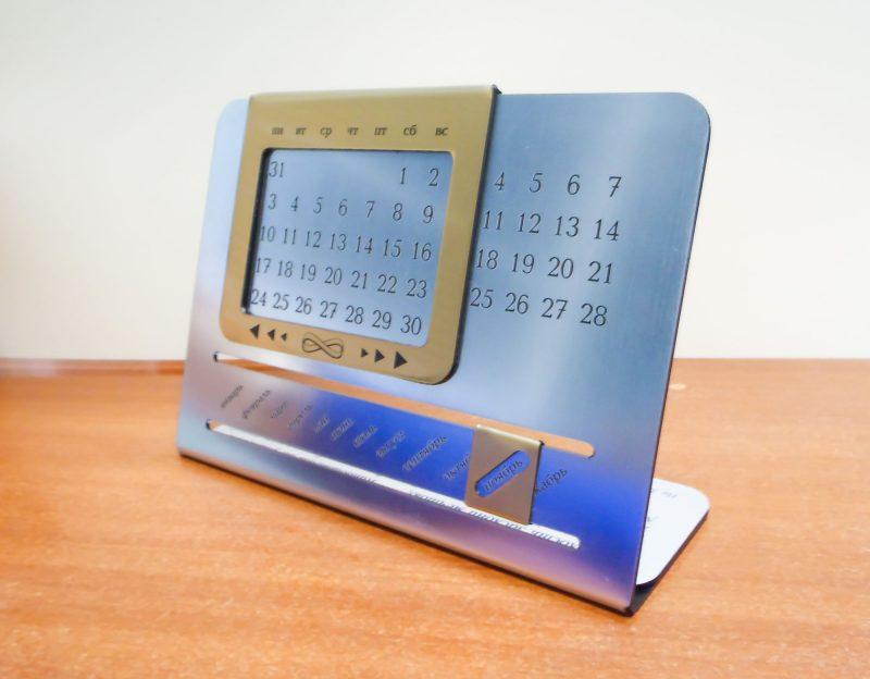 Календарь выполнен из пластика, с таким календарём не важно, какой год или какой месяц сейчас – этот календарь будет вашим помощником много лет, не теряя своей актуальности.