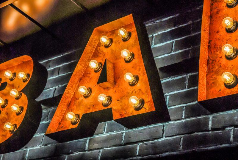 Вывеска «LOFT BAR» выполнена в стиле loft. Буквы сварены из металла 1 мм., искуственно состарены (покрыты ржавчиной), с лицевой части установлены светодиодный лампы в ретро стиле, а с тыльной стороны светодиоды для контр ажурной подсветки. Такие необычные, ржавые, ретро буквы выгодно подчеркивают стиль оформления заведения.