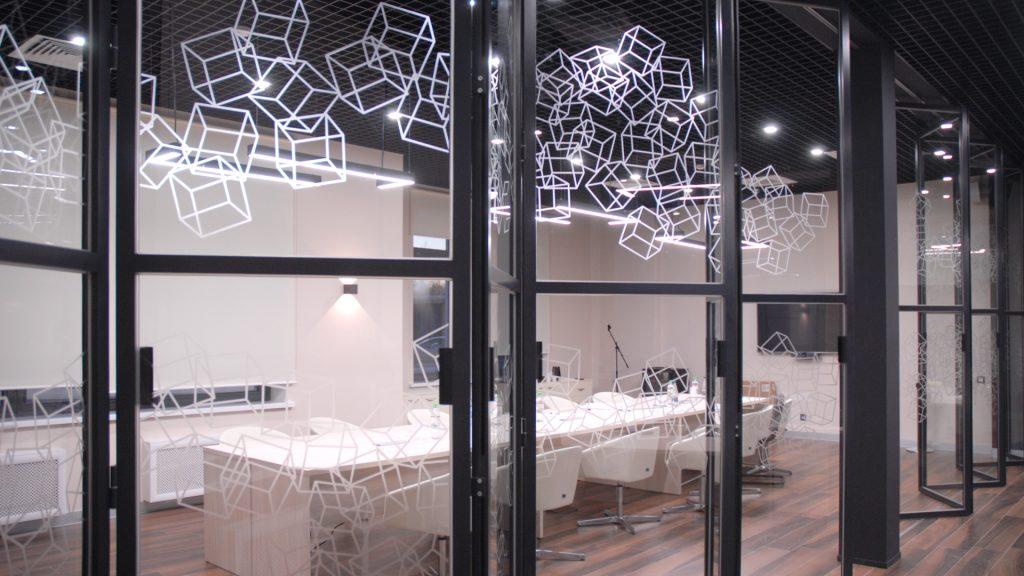 Матирование стеклянных перегородок Mapei
